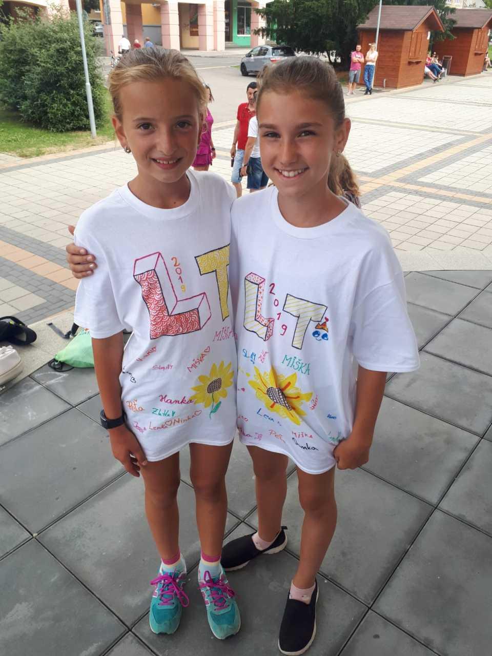 Dievčatá s tričkami Len Tanec