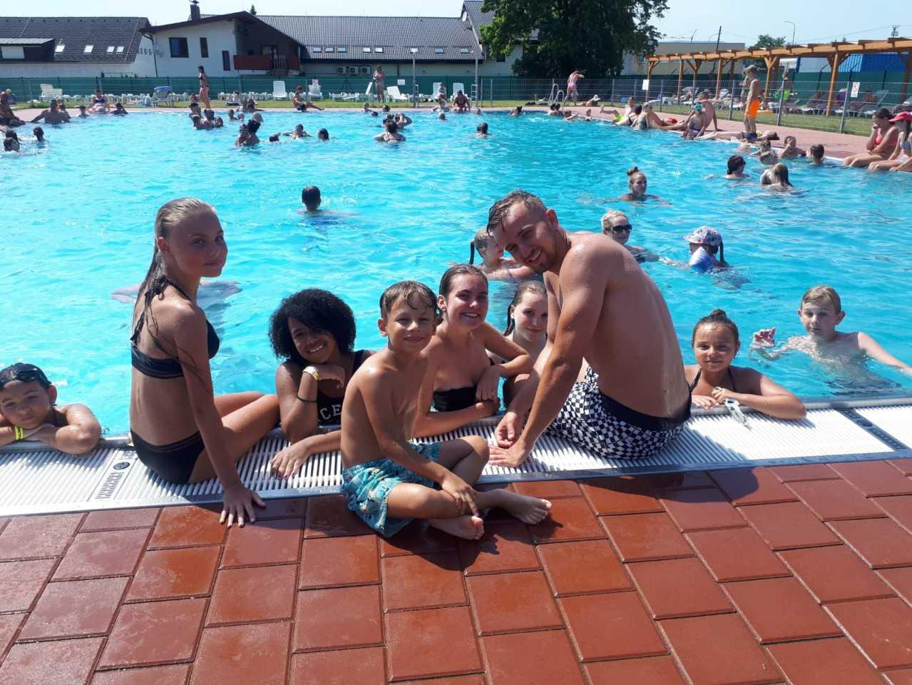 Mário s deťmi pri bazéne na Novej Dubnici